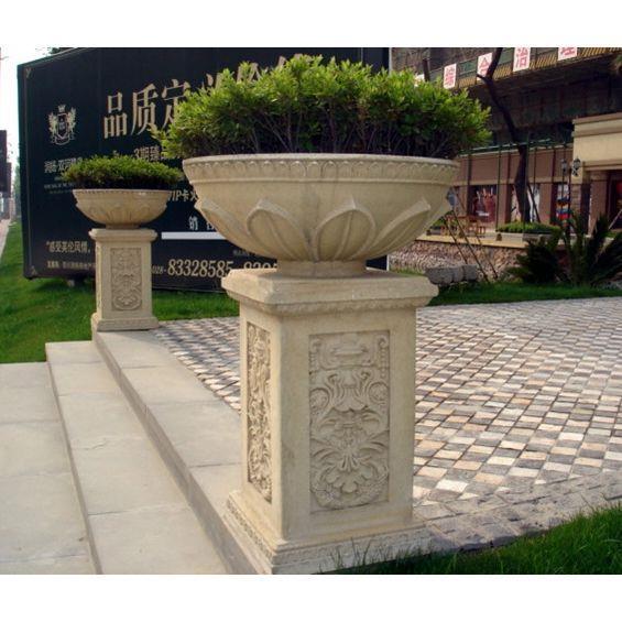 为了美化环境,现代出现许多特制的石头花钵,花盆来代替传统花坛